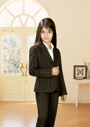 Классно.  Вот только в... Сейчас школьная форма это модный пиджак с рюшевыми карманами,узкие брючки (дудочки)...